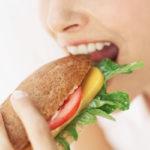 胸は落とさず下半身から瘦せる?便秘にも効く「よく噛むだけダイエット」